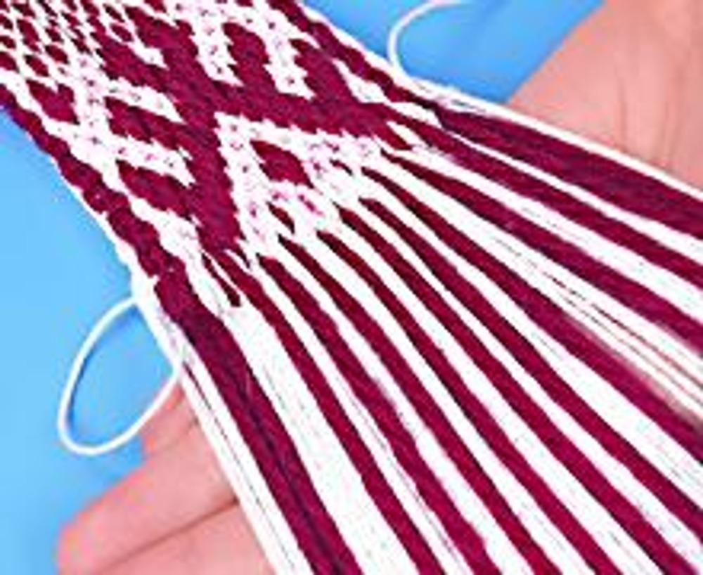 10. Плотно подбейте нить утка ладонью к плетению и затяните петлю.
