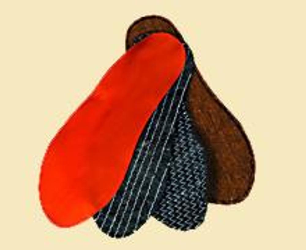 1. Вырежьте детали подошвы тапочек: 2 детали из ватина, по одной - из кожи и оранжевой подкладочной ткани.