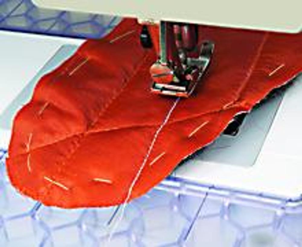 2. Сложите детали из ватина с оранжевой деталью, сметайте по краю. Расчертите сетку по диагонали (расстояние между линиями - 2,5 см) и прострочите.