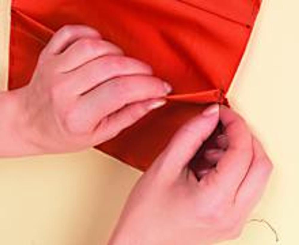 3. Сделайте внутреннюю часть обложки. Загните подгибы клапанов и отстрочите их. Сложите вместе детали внутренней части и сметайте по краю.