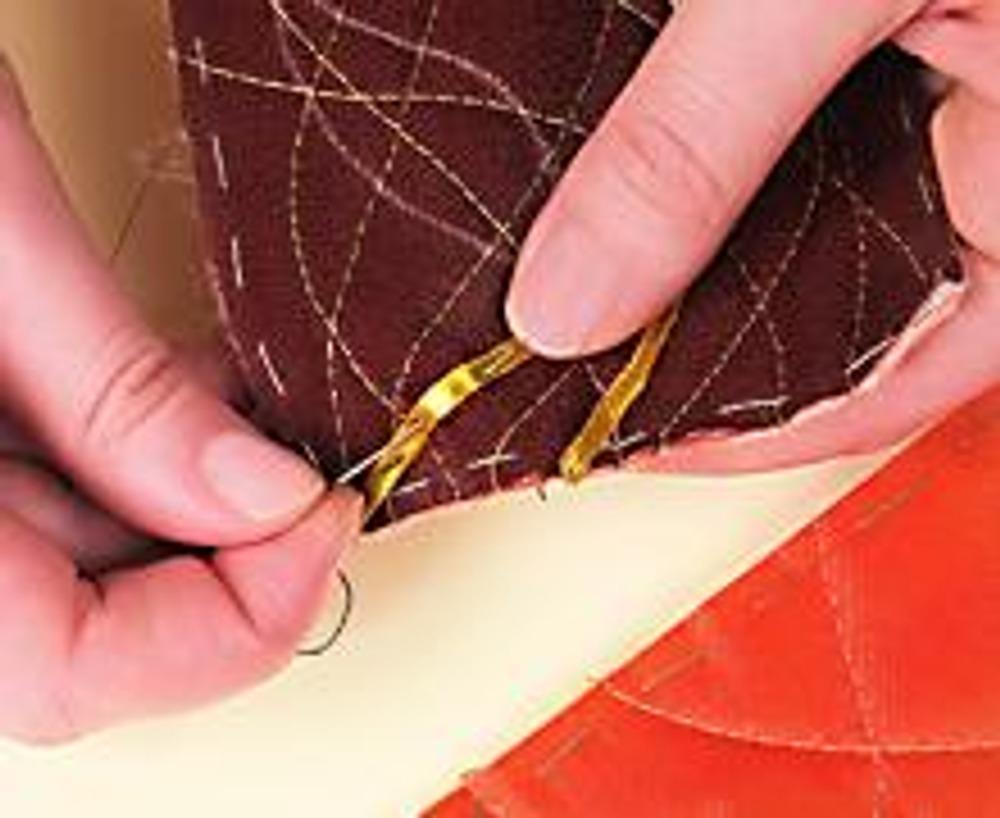 2. В произвольном порядке простегайте обе части очечника. На верхней выложите лентами по рисунку стебли и лист. Расшейте лист пайетками.