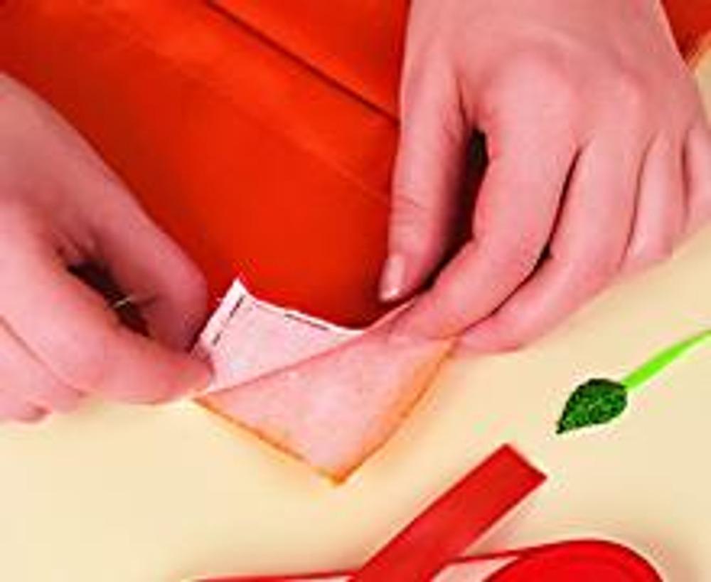4. Сложите внешнюю и внутреннюю части обложки, сметайте. Обработайте края косой бейкой и отстрочите.