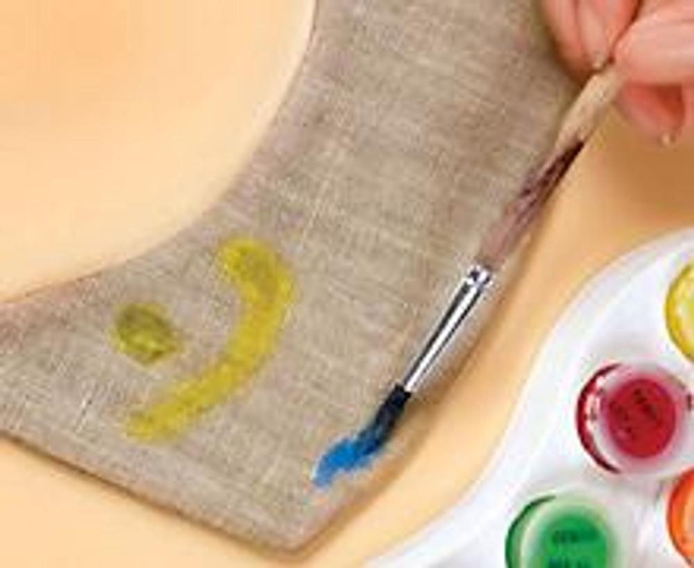 2. Отутюжьте швы и закройте оставленное отверстие потайным швом. Нанесите красками рисунок и оставьте его до полного высыхания. Закрепите краситель горячим утюгом через ткань, соблюдая инструкцию по использованию красок.