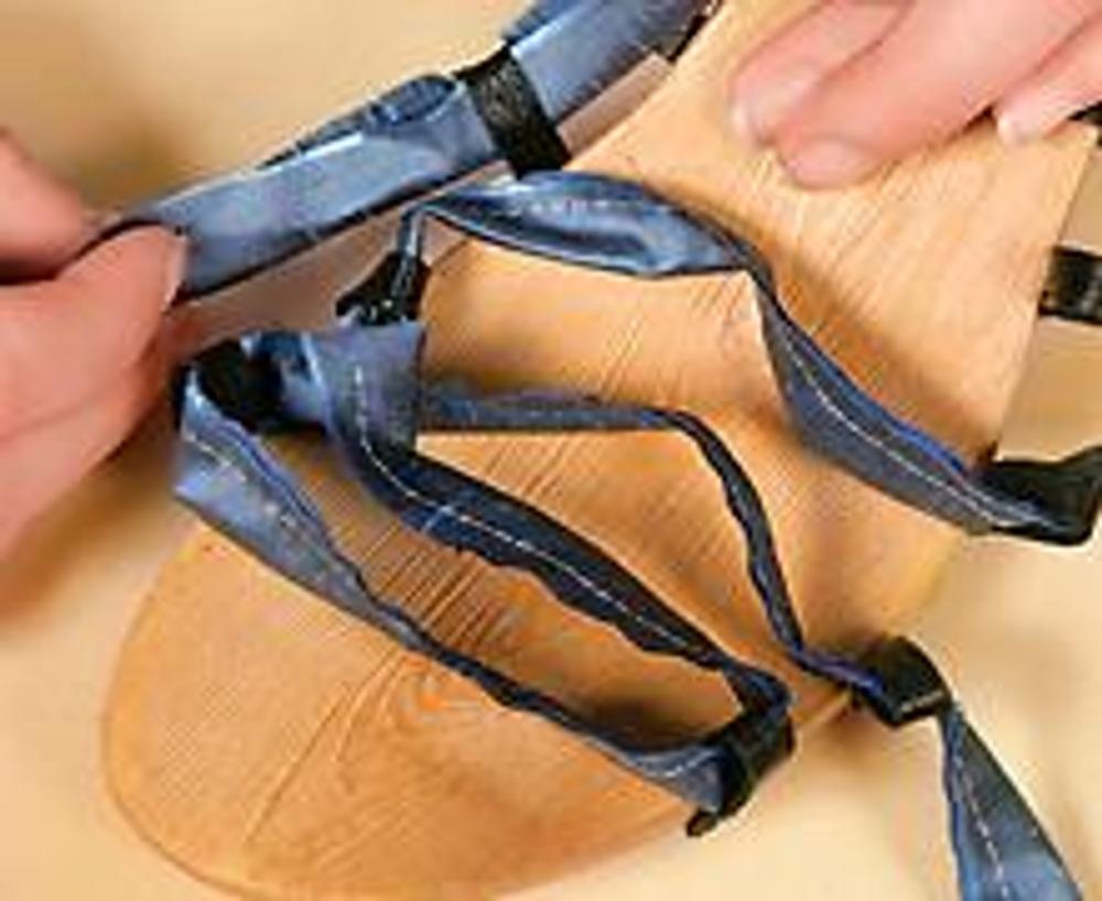 3. Сделайте шнуровку, используя кожаные петли на подошве.