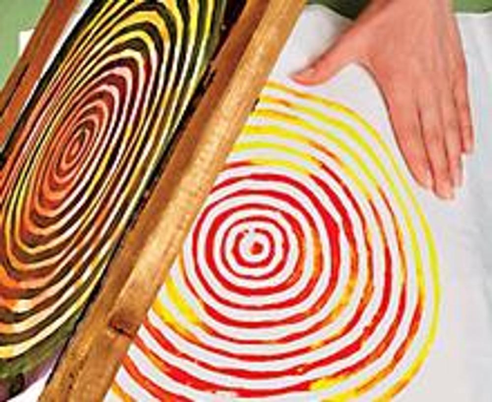 3. Аккуратно поднимите раму с ткани, проверьте качество печати и, в случае необходимости, дорисуйте непрокрашенные участки.