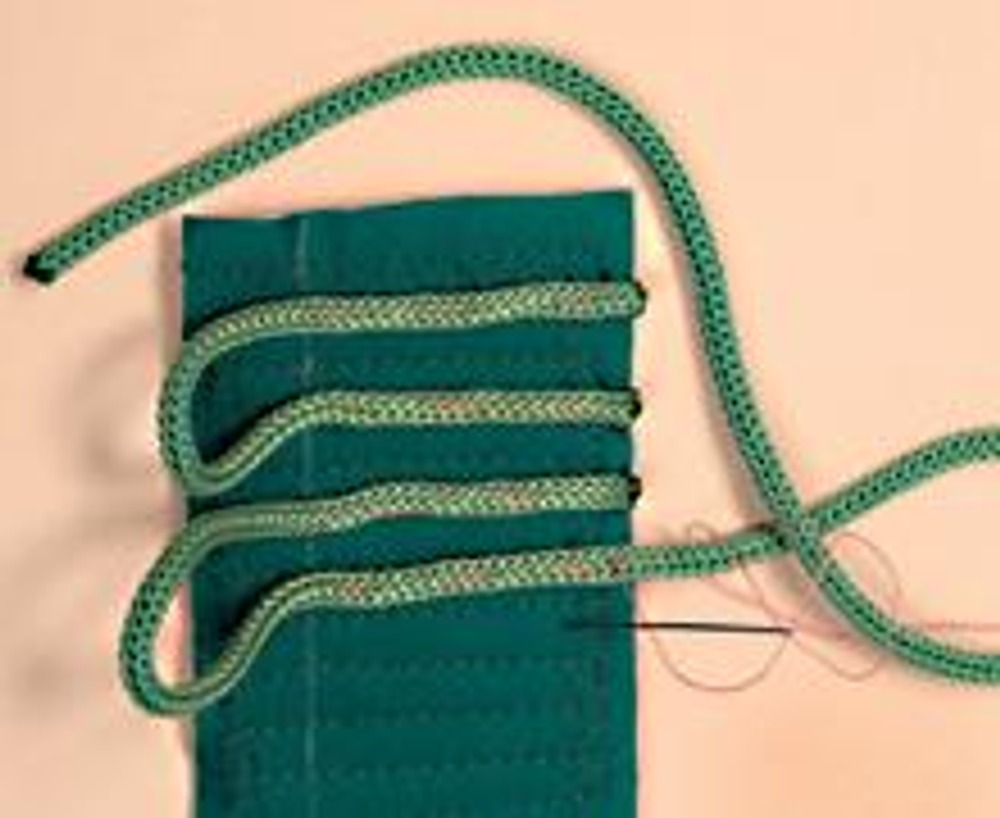 """2. Нашейте петлями """"траву"""" - шнуры зеленого цвета на простеганный прямоугольник на расстоянии примерно 1 см друг от друга. Строчку завершайте не доходя 1,5 см до верхнего края. Сшейте прямоугольник в кольцо, сложив зеленой стороной внутрь и отстрочив по краю 1 см."""