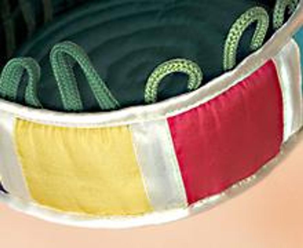 4. Натяните внешнее (цветное) кольцо на внутреннее (зеленое), сметайте их и обработайте по верхнему краю косой бейкой. Вшейте дно, проложив строчку на расстоянии 0,7 см от края. Обработайте нижний срез косой бейкой.