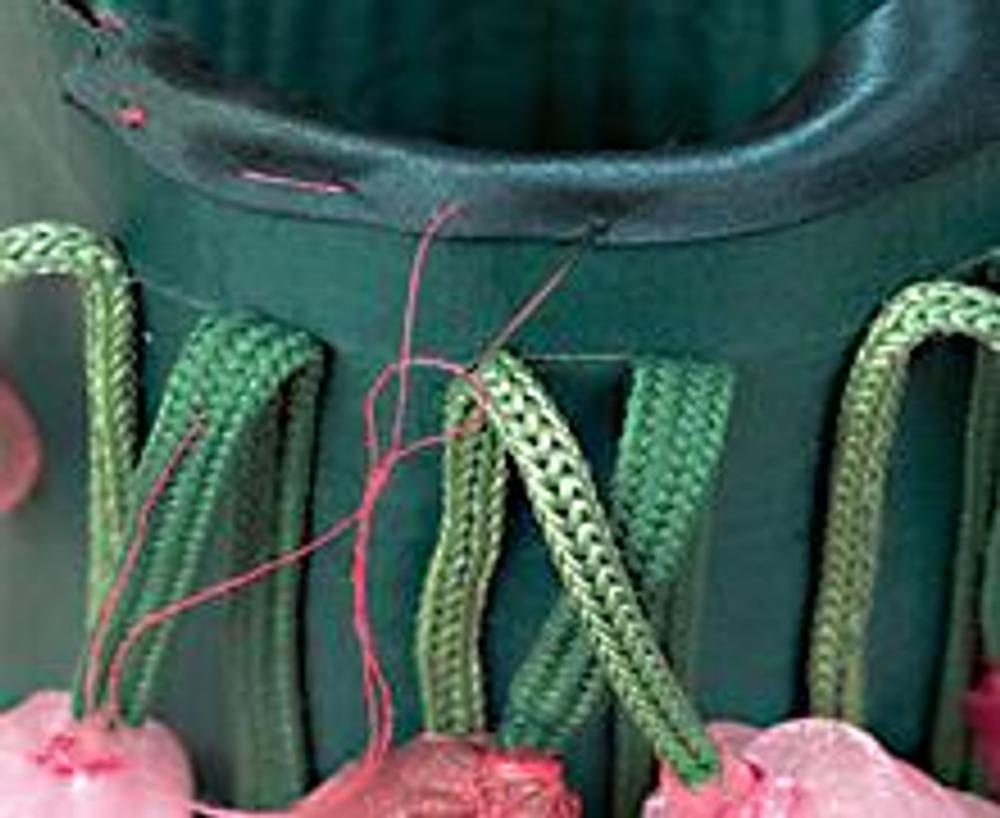 5. Соедините деталь в кольцо, замаскировав шов последним цветком. Натяните деталь с цветами на основу стакана. Сметайте верхние срезы и обработайте их зеленой косой бейкой.