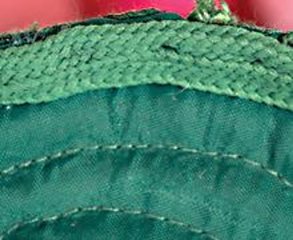 6. Дважды загните низ внешней детали, подшейте вручную и замаскируйте шов зеленым шнуром..
