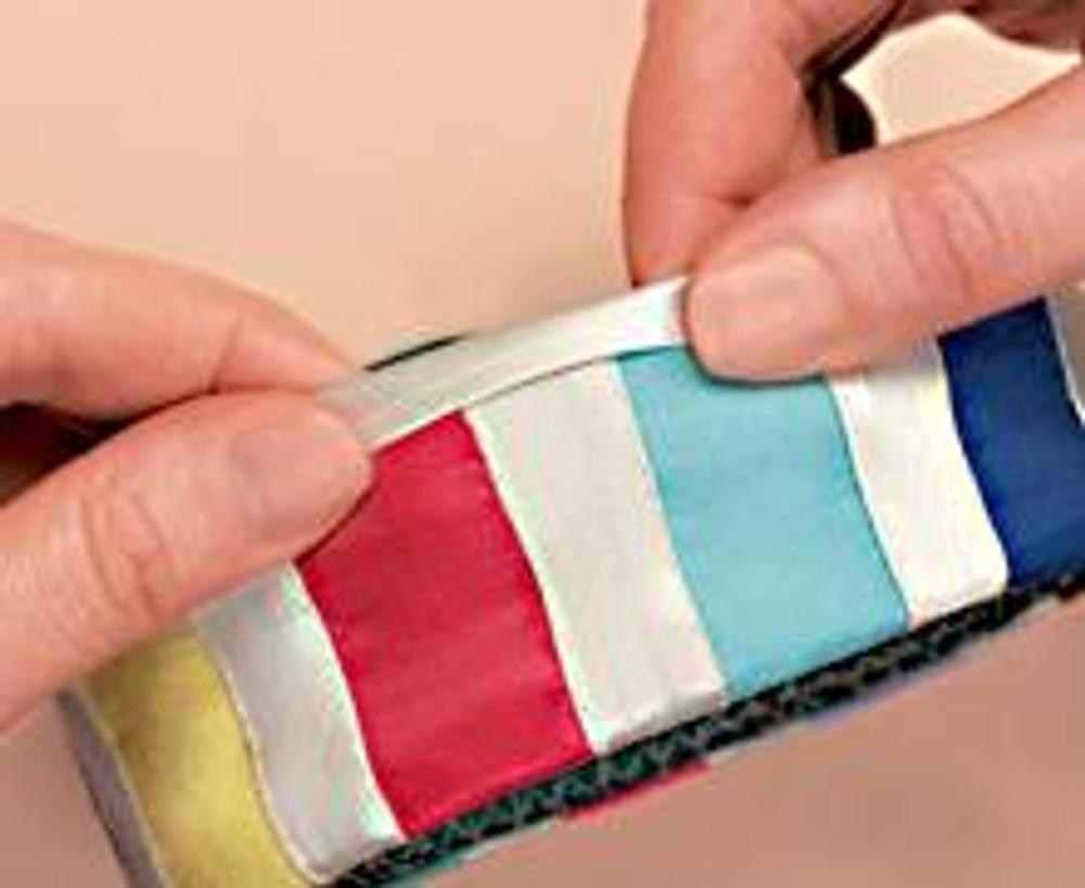 5. Сметайте срезы обоих колец, срежьте лишнюю ткань по краю пришитой бейки. Обработайте срезы белой бейкой.
