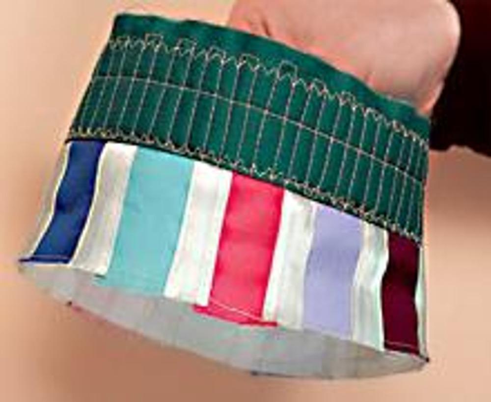 """2. Выкройте из шелковых цветных лоскутов прямоугольники 3,5 х 6 см. Нашейте их на прямоугольник 6 х 43,5 см из бязи вместе с косой бейкой (см. мастер-класс по изготовлению лотка). Сшейте полученную деталь в кольцо. Сложите обе """"закольцованные"""" детали лицевыми сторонами, отстрочите по одному из срезов, выверните и отутюжьте."""
