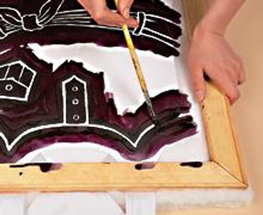 2. Проложите между полочкой и спинкой лист бумаги, чтобы краска при печати не просочилась. На дважды сложенный синтепон положите футболку и рамку с трафаретом. Далее удобнее работать вдвоем - нужно плотно прижать раму к ткани. Закрасьте линию рисунка (ее ширина примерно 0,5 см.)