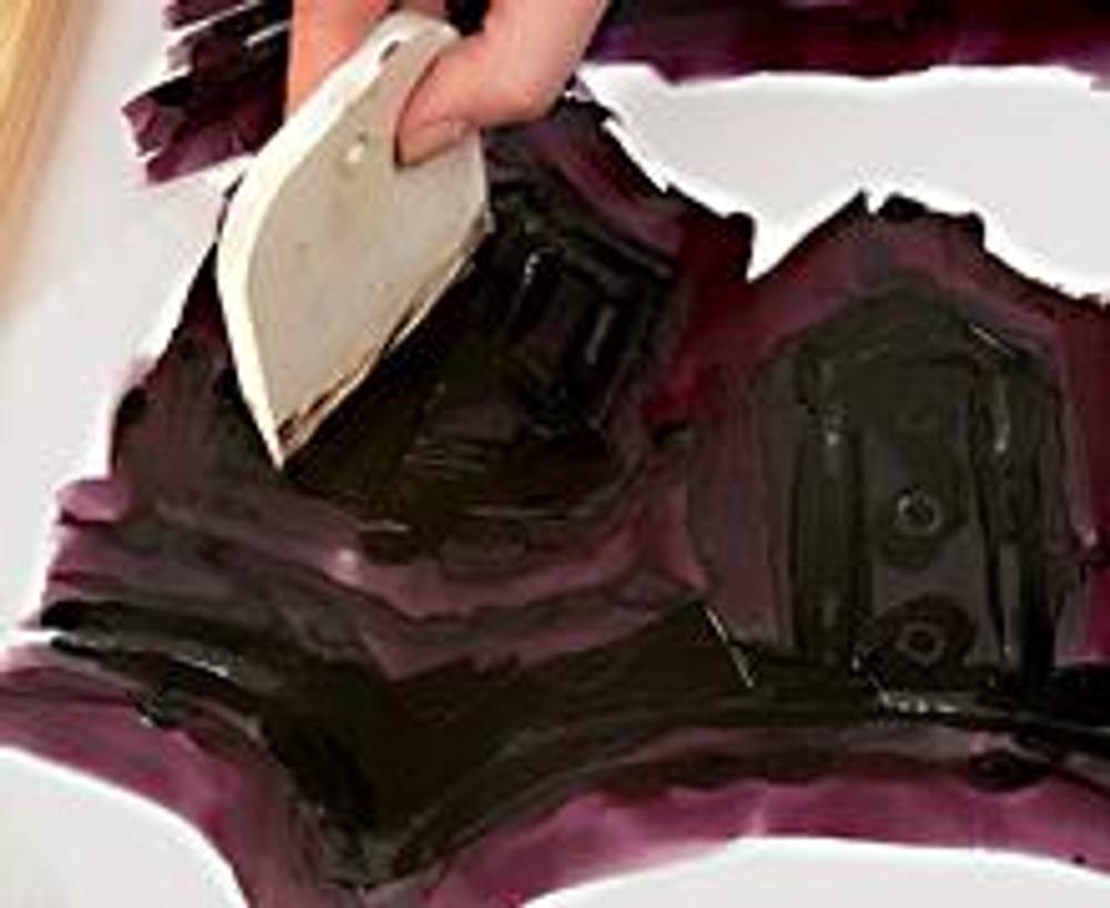 3. Снимите шпателем излишки краски с трафарета, плотно прижимая его к капрону. Сгустки краски с края шпателя удаляйте бумагой или салфеткой.