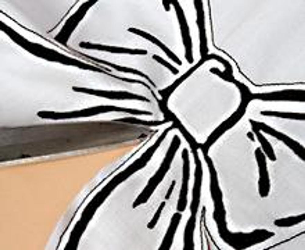 5. Нарисуйте на кусочке белой ткани бант, дайте ему высохнуть и закрепите краску. Сложите бант с тканью без рисунка (лицом к лицу) и сделайте строчку на расстоянии 0,5 см от внешнего края. Обрежьте детали банта по периметру, оставив припуск 0,5 см. Чтобы уголки хорошо вывернулись, сделайте на них 2-3 надсечки. Острые углы надсеките в 1 мм от строчки.