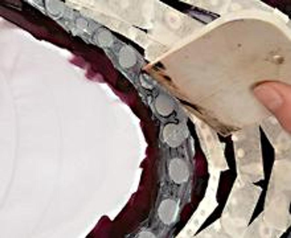 3. По окончании работы снимите излишки краски с трафарета, проводя шпателем по ткани. Периодически очищайте шпатель от сгустков краски. Оставьте работу подсохнуть на 5-10 минут.