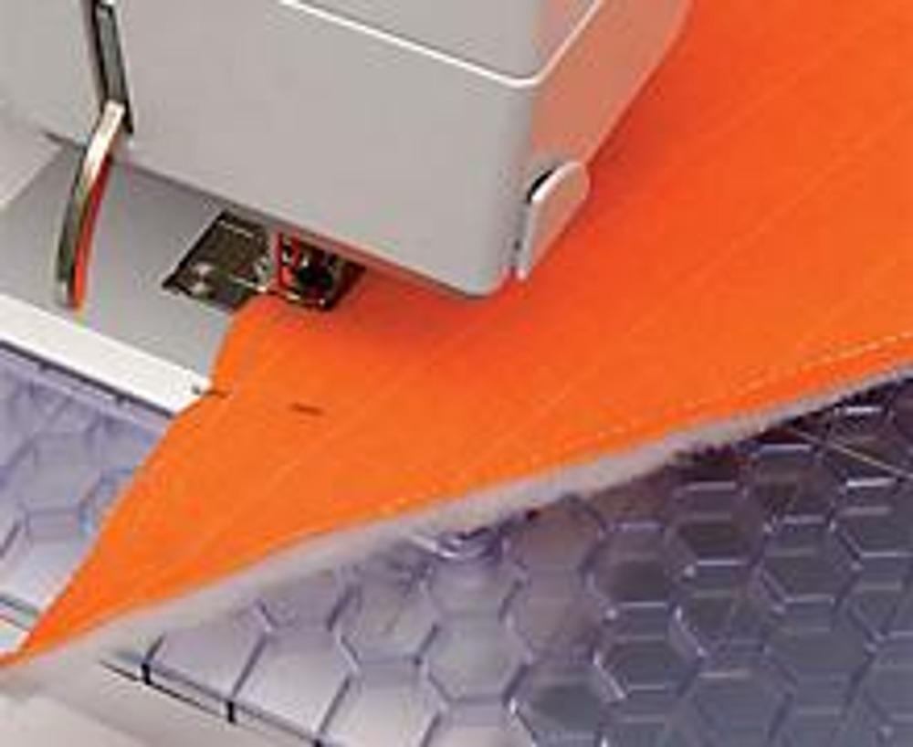 1. Выкройте из вельветовой и отделочной тканей по 1 детали конверта (см. схему). И еще 2 такие же детали - из синтепона. Наложите их на изнаночную сторону деталей из вельвета и пристрочите по краю (швом 0,5 см от края), предварительно сколов края швейными булавками.