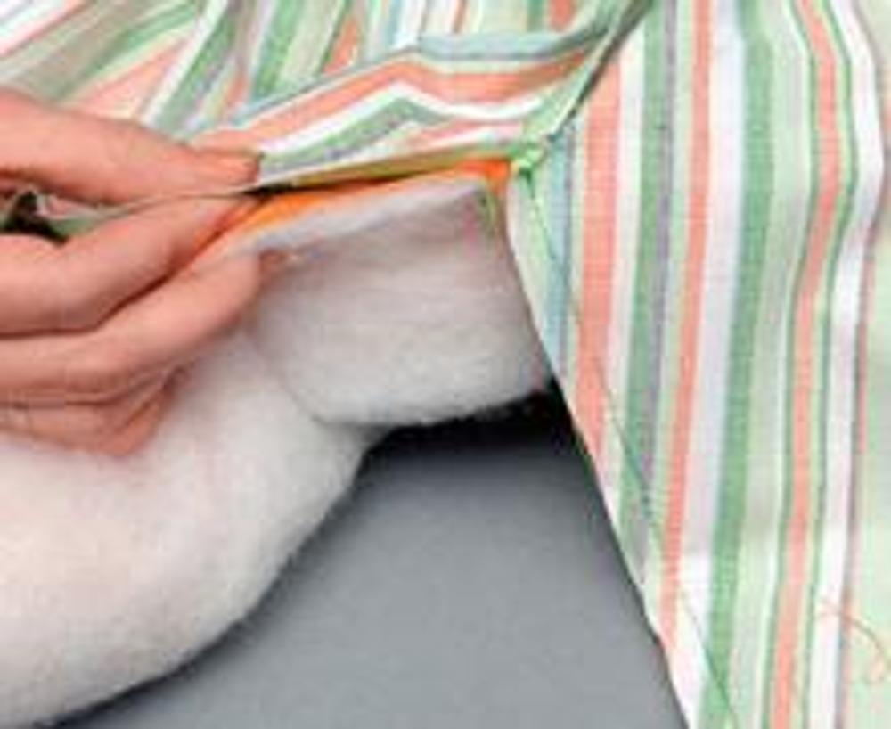 5. Стачайте наружные детали из вельвета по боковым швам и по низу до намеченной точки начала застежки. Так же (до намеченной точки) стачайте детали из отделочной ткани, оставив внизу отверстие. Оставьте на боковом шве без застежки припуск 1 см, чтобы можно было вшить обтачку.