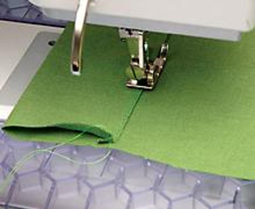 1. Выкройте детали основы и застежки из основной ткани (см. схему). Отогните края детали застежки на 6 см (по пунктиру), подверните срезы внутрь на 1 см, проутюжьте и проложите строчку в край.