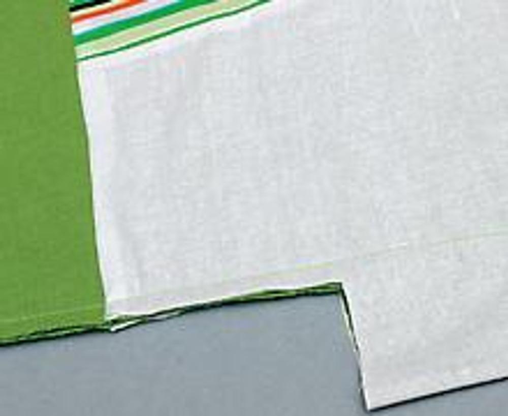 10. Соедините срезы вытачки-складки и застрочите на 35 см (см. выкройку основной детали на схему). Выкройте из основной ткани и синтепона по 1 детали подушки (в форме трапеции). Деталь из синтепона (на выкройках заштрихована) сделайте на 4 см короче.