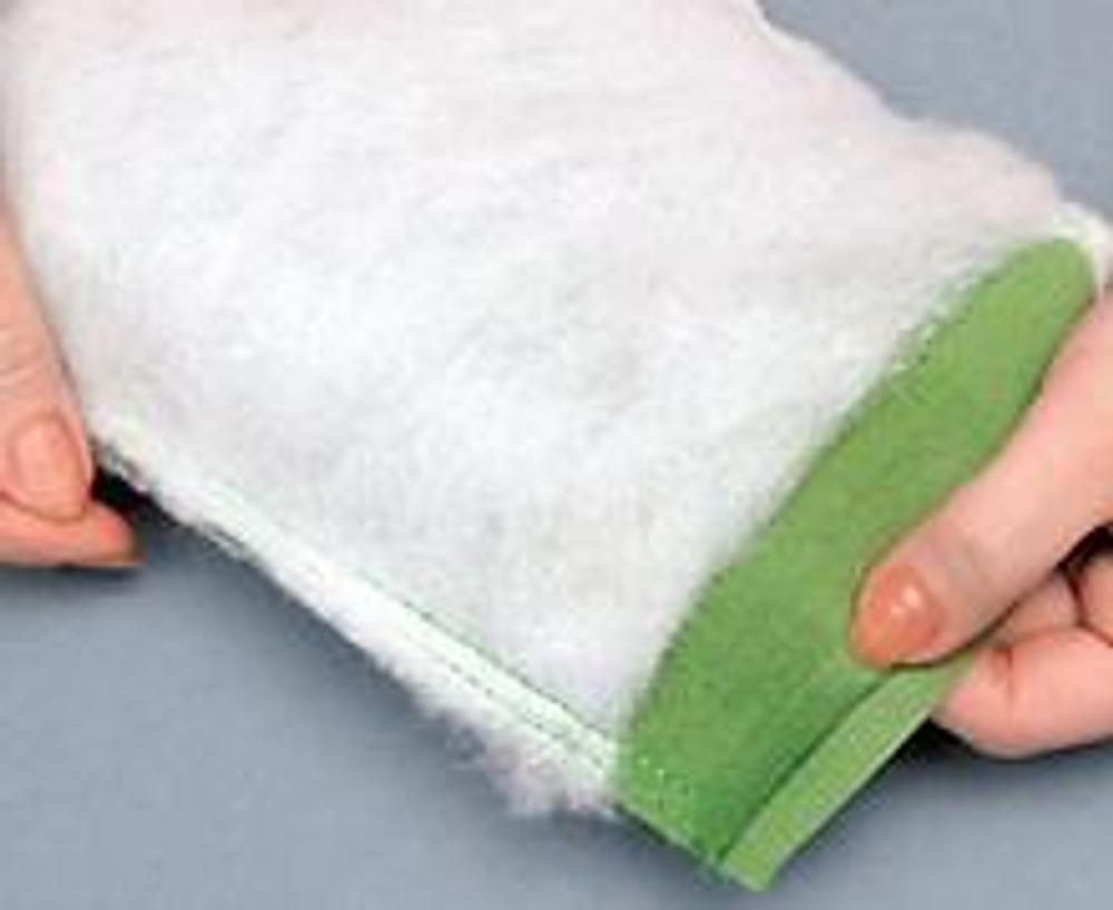 11. Настрочите синтепон на ткань швом 0,5 см от края. Сложите ее пополам по линии сгиба (см. схему) и застрочите боковые швы, оставляя открытыми по 1 см от верхнего (узкого) края. Заутюжьте внутрь припуск открытого среза (1 см). Выверните заготовку, расправьте швы и закрепите их сметочными стежками.