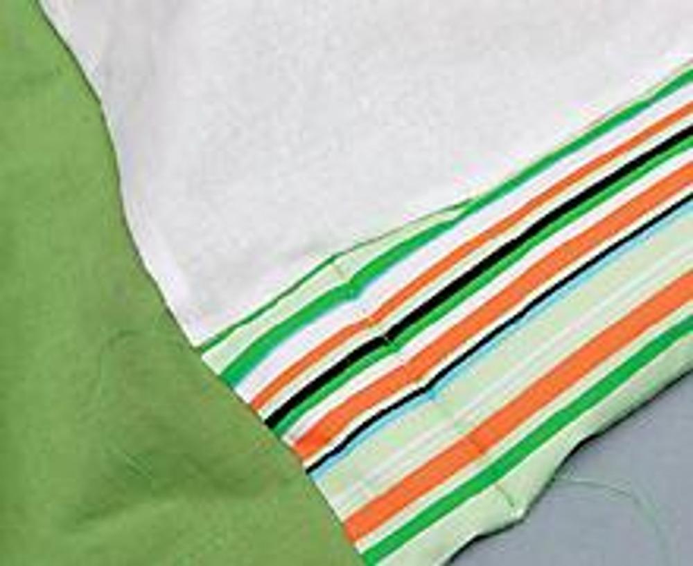 """8. Выкройте из синтепона два прямоугольника размером 30 х 60 см и сложите их три раза вдоль длинной стороны. Подложите эти """"валики"""" под полоски из отделочной ткани, вставляя их через отверстие вытачки."""