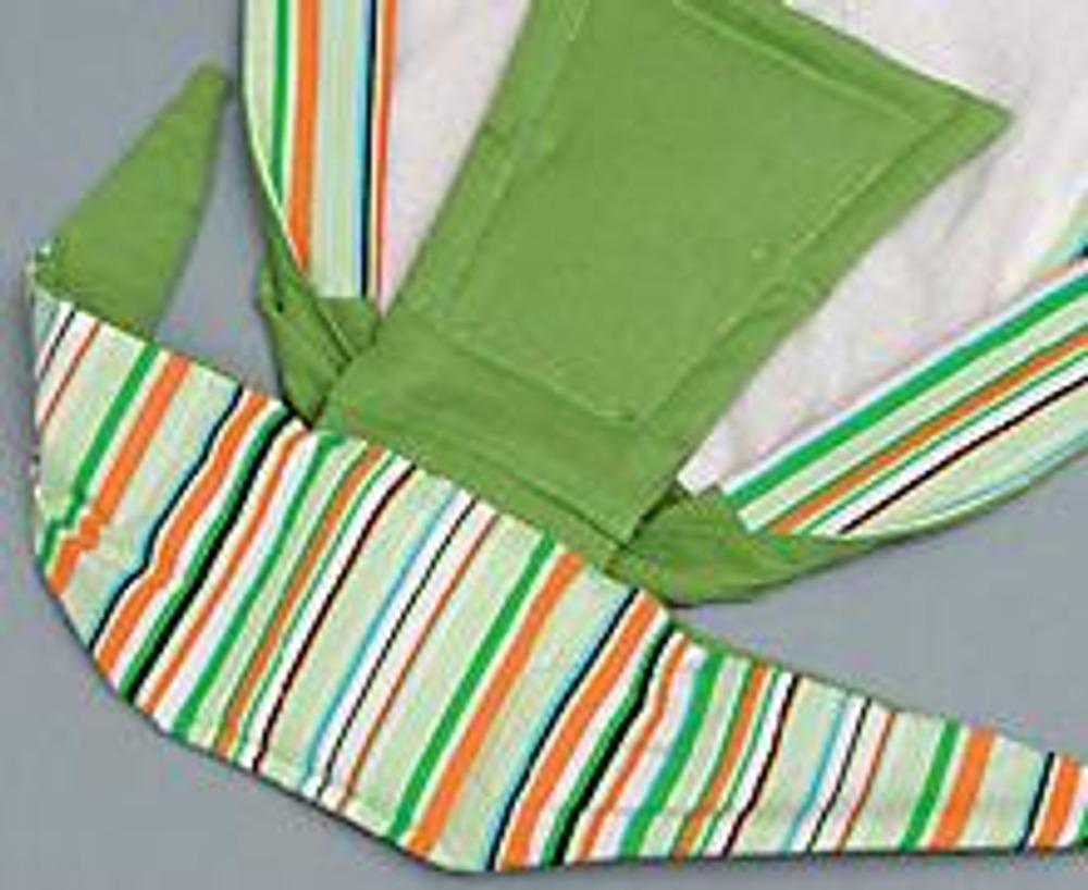 12. Выкройте из основной и отделочной ткани по 1 детали завязки. Стачайте их, одновременно пришивая двойную деталь из синтепона. Оставьте на длинной стороне отверстие.