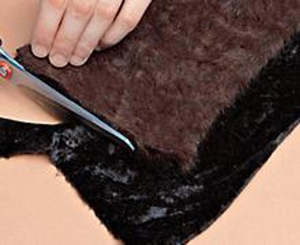 4. Наложите получившуюся полосу на бархат и выкройте вторую часть горжетки. Сложите детали, стачайте их на швейной машине, оставив отверстие для выворачивания. Вывернув, зашейте отверстие потайным швом.