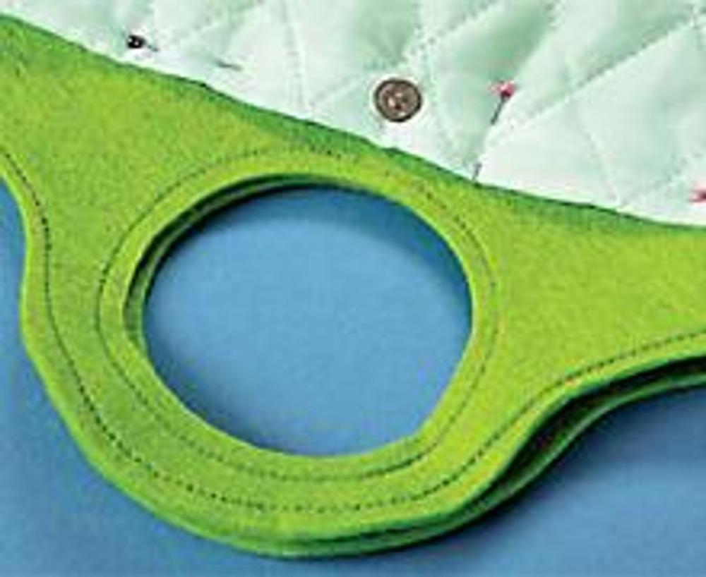 2. Выкройте детали подкладки такой формы, чтобы она входила в сумку. Закруглите нижние углы подкладки. Сшейте ее, вставьте застежку-кнопку. Выверните сумку, натяните подкладку, подверните припуски на швы. Проложите по краю подкладки фиксирующую строчку. Выверните сумку. Подкладку можно пришить потайным швом.