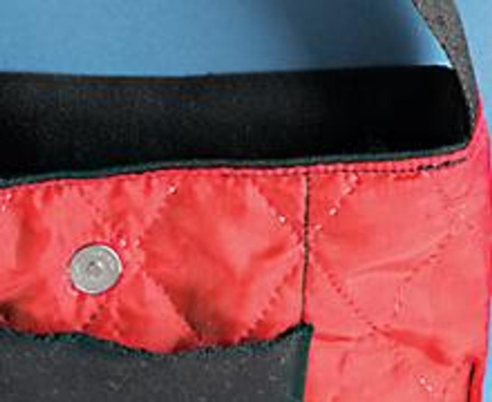 6. Вставив концы ручки ремня, сложите основу сумки с подкладкой. Приметайте и пришейте подкладку к основе. Выверните готовое изделие через оставленное в подкладке отверстие, затем зашейте его потайным швом.