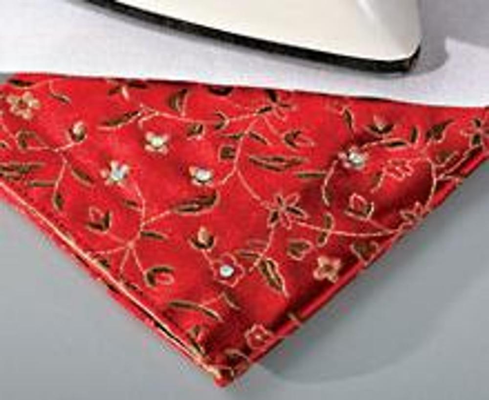 6. Наклейте стразы на готовую обложку: разложите их на поверхности ткани и прогревайте горячим утюгом через вспомогательную ткань в течение 20 сек.