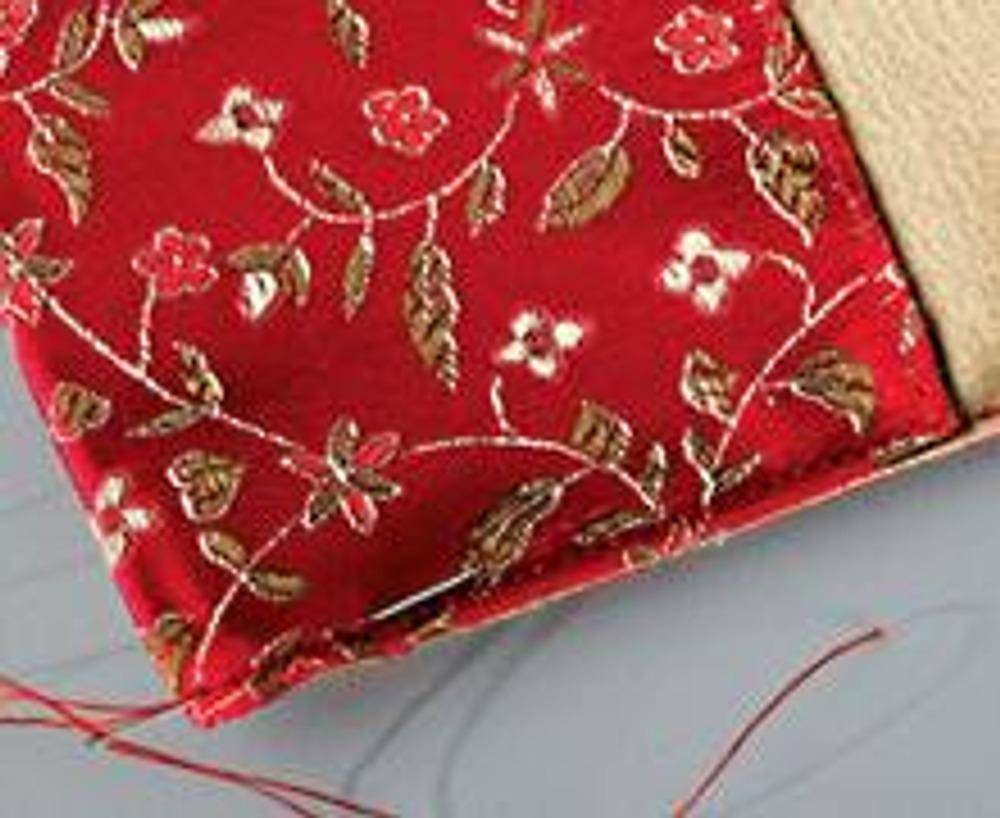 5. Завяжите концы нитей на изнаночной стороне и уберите их иглой под ткань.