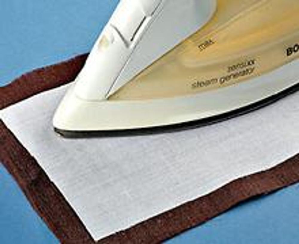1. Выкройте из льняной ткани полосу размером 14 х 80 см с припусками на швы по 1,5 см и такую же деталь, только без припусков, из дублерина. Наложите дублерин клеевой основой на изнаночную сторону ткани и проутюжьте в режиме отпаривания (или используя влажную ткань).