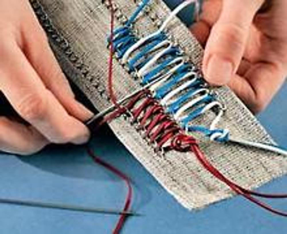 """5. Проденьте шнуры в иглы с большим ушком и сделайте """"шнуровку"""", проводя их через звенья параллельных цепочек."""