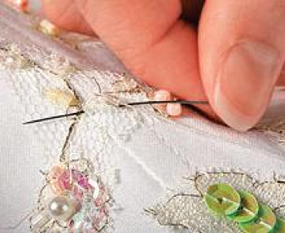 """7. Аккуратно выполните вышивку на рельефных швах с """"косточками"""". Не прокалывайте вставленный в швы ригилин, а делайте стежки поверх него."""