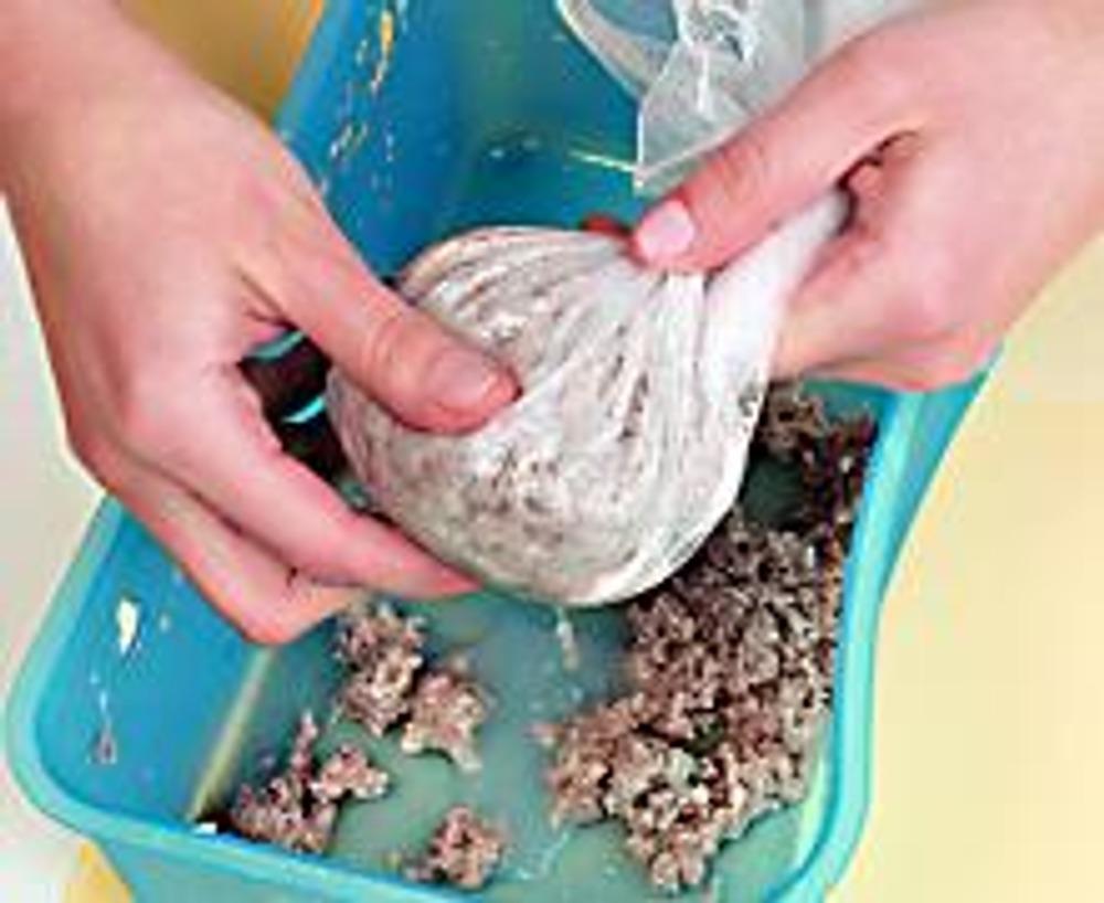 """4. Заверните бумажное """"тесто"""" в марлю и немного отожмите. По пластичности масса должна напоминать глину."""