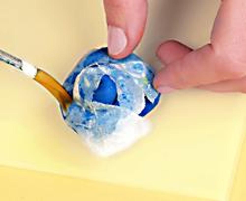2. Нанесите на заготовку слой влажной папиросной бумаги. Покройте ее клеем ПВА. Проложите несколько слоев бумаги, чередуя ее с клеем. (Слоев должно быть не меньше 10). Хорошо просушите заготовку.