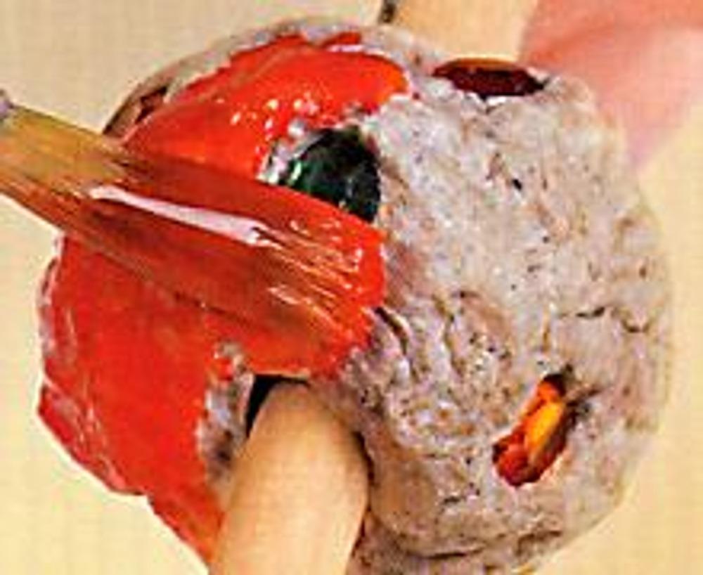 3. Покрасьте бусину со стразами в оранжевый цвет.