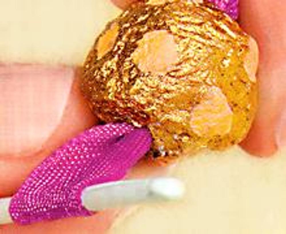 4. Сложите атласную ленту пополам и проденьте ее тонким крючком в отверстие бусины.
