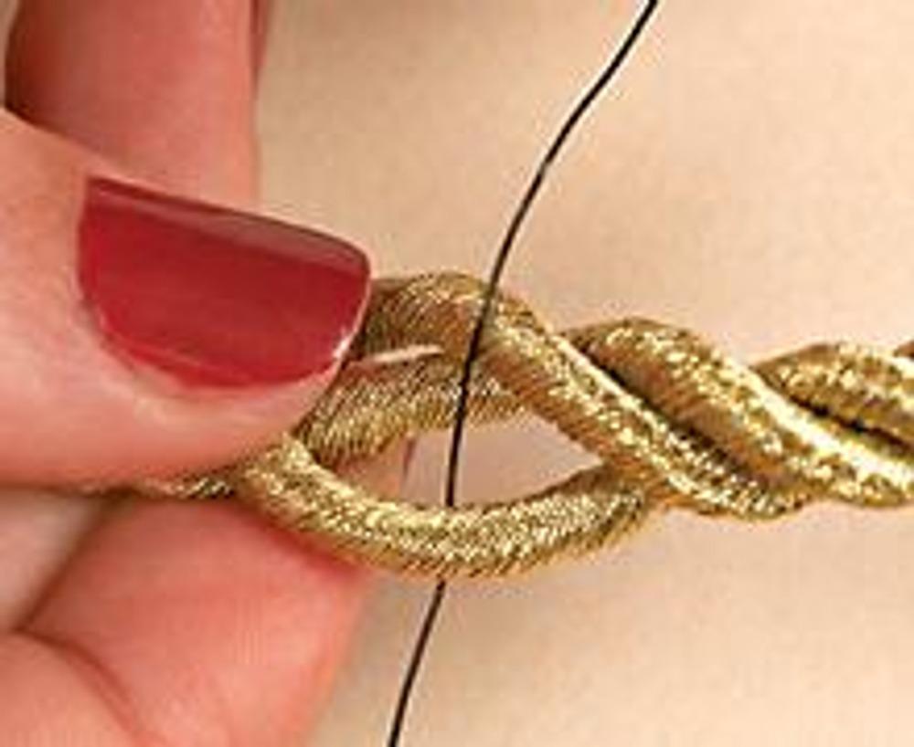 3. Проденьте один конец проволоки готовой подвески через жгут шнура.