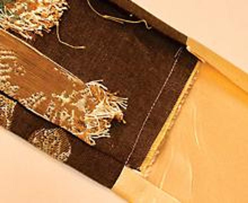1. Выкройте, размером 12 х 30 см, два прямоугольника из декоративной и подкладочной тканей. Стачайте их попарно по короткой стороне. Заутюжте швы в сторону подклаки.