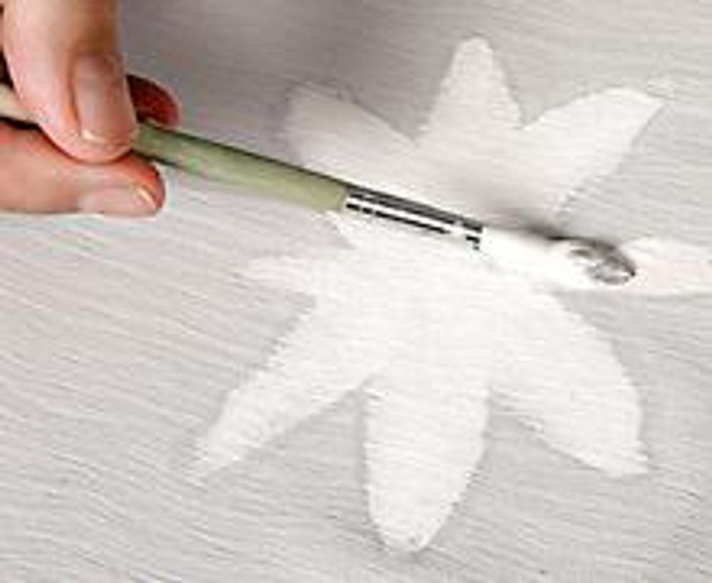 1. Нанесите белой краской на высохший шелк изображение цветка. Первый слой - это грунтовка.