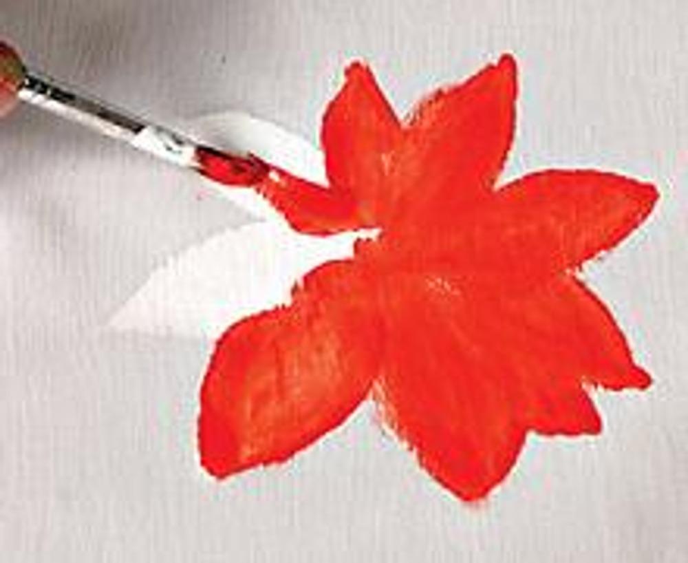 2. Нанесите на высохший грунт красную краску - основной тон цветка.