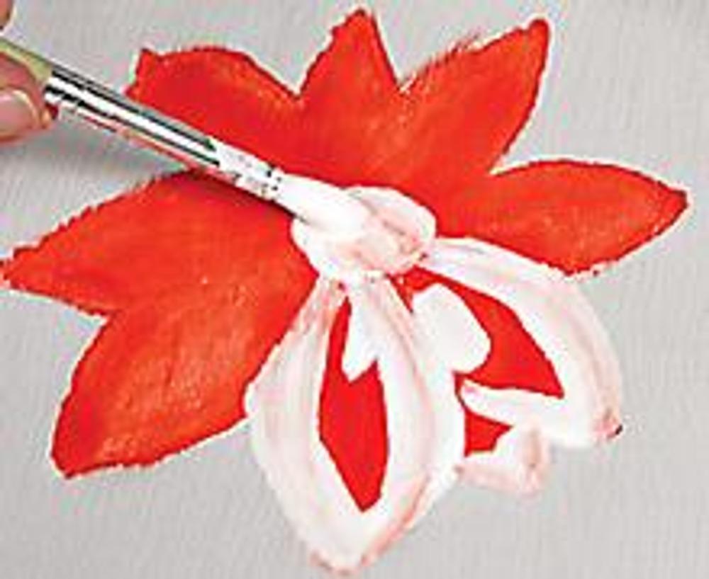 3. Когда он высохнет, прорисуйте белой краской контуры лепестков и середину цветка. Так же нарисуйте еще несколько цветов и листьев.