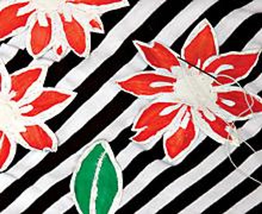 4. Прогладьте высохшее изображение через лист кальки, закрепляя краску. Вырежьте детали, затем пришейте их вручную на ткань футболки. Одежду с такой аппликацией рекомендуется стирать вручную.