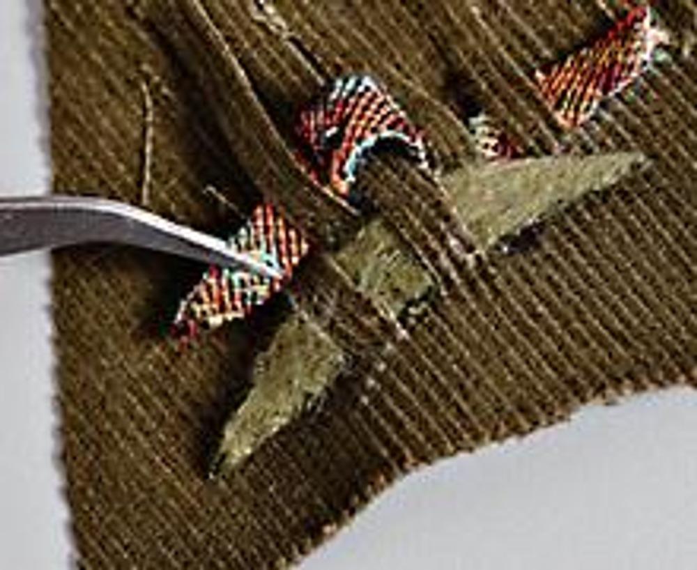 3. Нарежьте полоски (толщиной 0,5 см) для плетения из разной драповой ткани с ворсом и яркого гобелена. С помощью пинцета вставляйте их между полосками вельвета по принципу плетения корзин - в шахматном порядке.