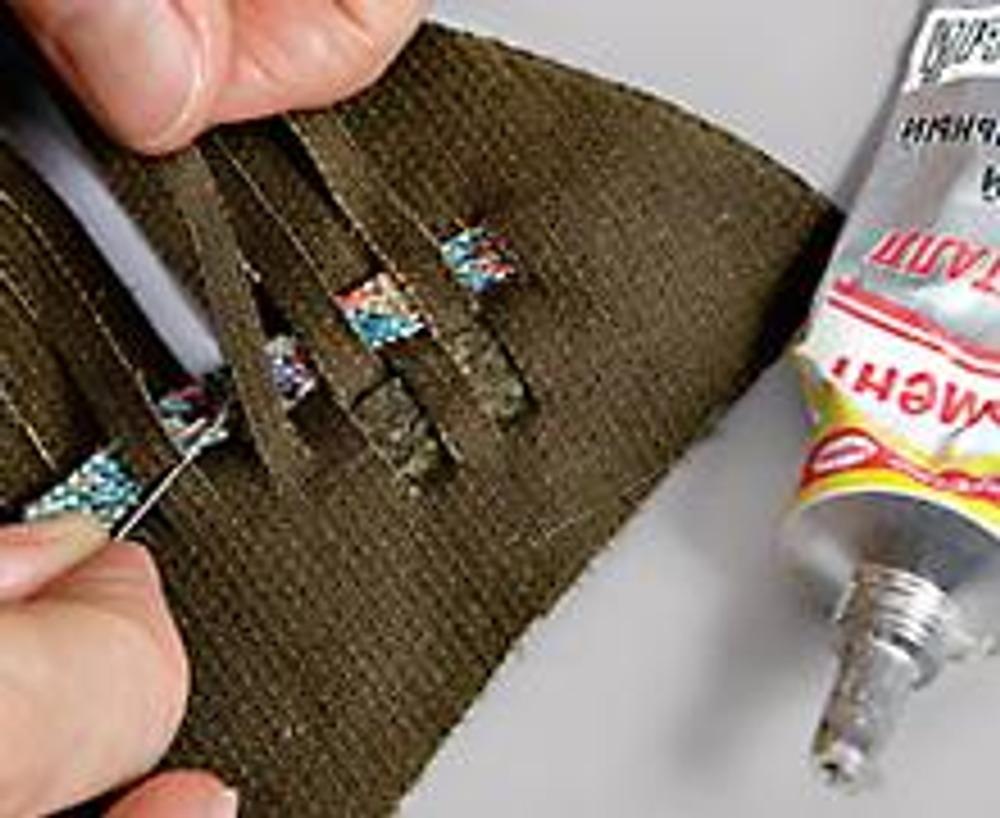 """4. В процессе плетения середину в нескольких местах и концы полосок приклеивайте к основе с изнаночной стороны клеем """"Момент""""."""