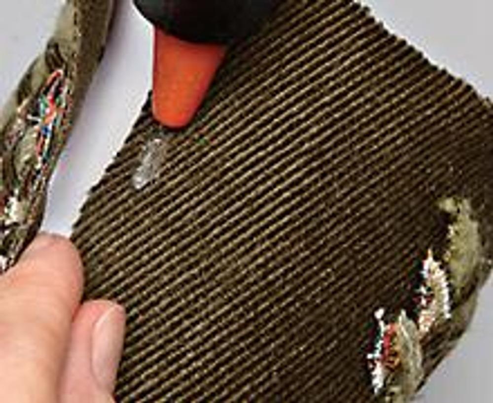 6. С помощью клеевого пистолета наклейте плетеную основу на конус. Нижний срез закройте ворсистой кромкой драповой ткани.