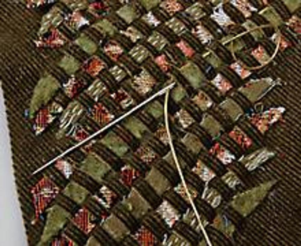 """5. Обрежьте """"уголком"""" все концы полосок. Украсьте плетение золотистым тонким шнурком, продевая его под полосками вельвета через ряд."""