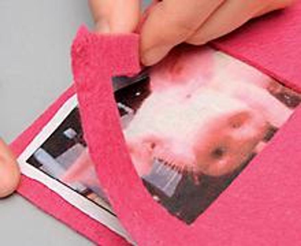 """3. Вырежьте изображение с небольшим припуском, наклейте на целую войлочную часть страницы, а сверху приклейте часть с окошком - изображение должно быть видно в окне. Края страницы обшейте на швейной машине швом """"зигзаг""""."""