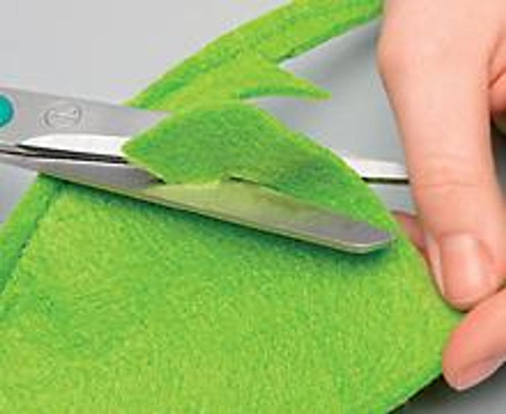 1. Выкройте из вельвета и стеганой подкладочной ткани два прямоугольника 40 х 50 см с припуском 1 см. Из цветного войлока вырежьте дерево и листья.